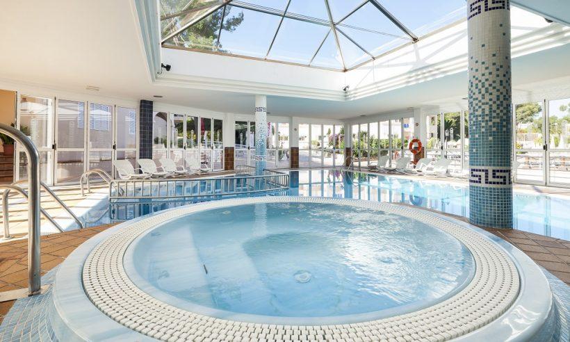 Invisa Figueral Resort binnenzwembad
