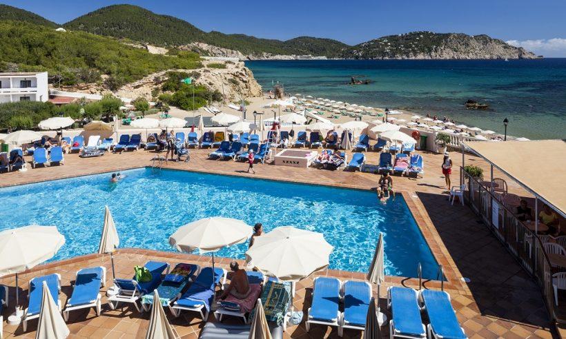 Invisa Figueral Resort zwembad en strand