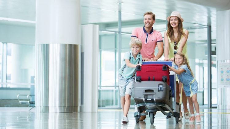 Familie op luchthaven
