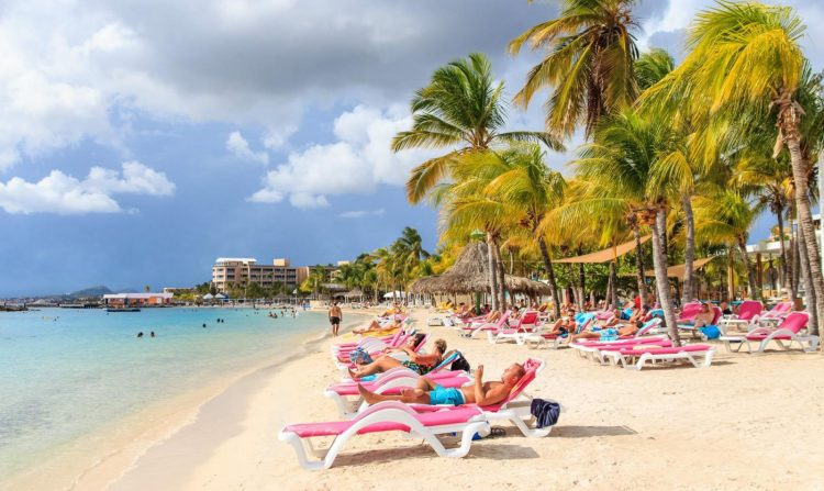 Strand overkant Dolphin Suites op Curacao