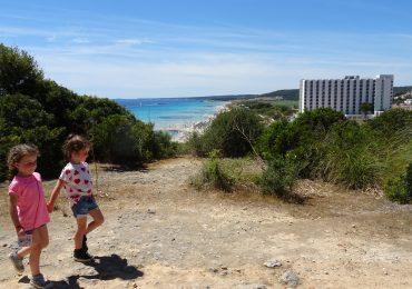 Anna en Julia op Menorca